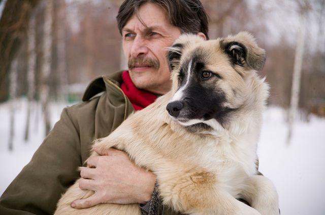 Хозяин обнимает собаку