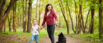 Женщина с дочкой выгуливают пса