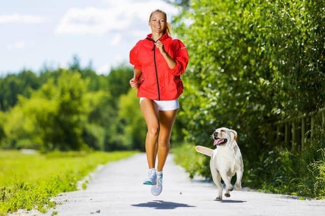 Девушка бегает с собакой