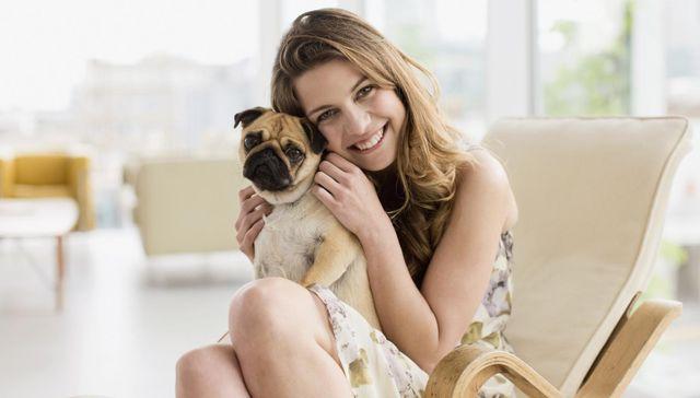 Девушка обнимает своего пса