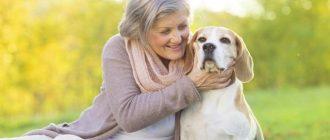 Женщина обнимает собаку