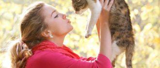 Хозяйка держит кошку