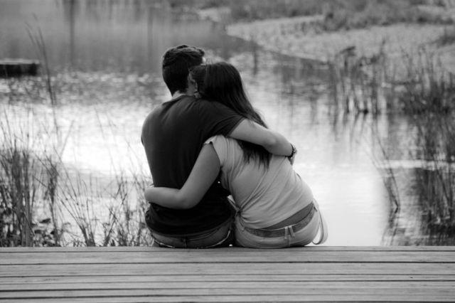 Двое обнимаются