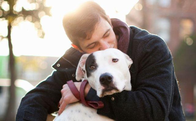Парень обнимает пса