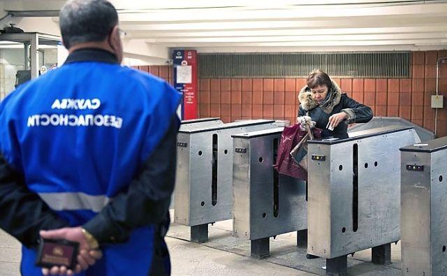Женщина проходит турникет