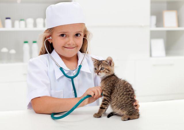 Девочка играет во врача